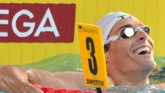 El nedador somriu després d'apuntar-se en els 50 m esquena un dels tres ors que assoliria.  T. ILLYES/ EFE