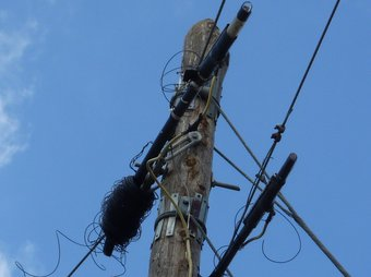 Part del cable tallat pels lladres a la carretera entre Avinyonet i Cistella. Ò. PINILLA