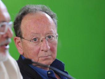 L'escriptor valencià Joan Francesc Mira escolta el conseller Huguet en la inauguració, ahir, de la UCE de Prada. UNIVERSITAT CATALANA D'ESTIU