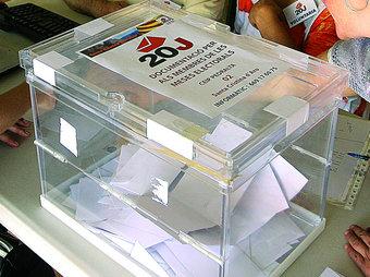 Urna emprada a la consulta celebrada a Santa Cristina d'Aro. MANEL LLADÓ