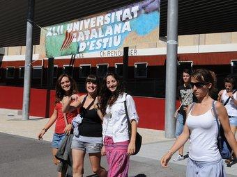Unes estudiants, sortint dimarts d'un dels cursos de la Universitat d'Estiu. UCE