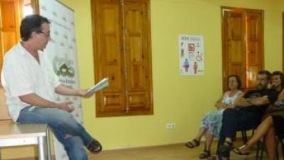 """Vicente Cortés presenta """"El tío Paragüero"""" a la biblioteca municipal de Figueroles de Domenyo. ESCORCOLL"""