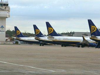 Flota d'avions de Ryanair a l'aeroport Girona-Costa Brava , situat al municipi de Vilobí d'Onyar. Actualment és la base principal a Catalunya de la companyia irlandesa de baix cost MIQUEL RUIZ