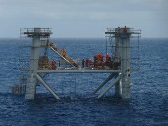 Una imatge del jacket, la part inferior de la plataforma que ja ha estat enclavada en el fons marí, a 22 quilòmetres de la costa de Vinaròs i Alcanar. G.M