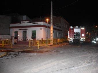 Els bombers treballen en la casa afectada per l'explosió de gas. ACN