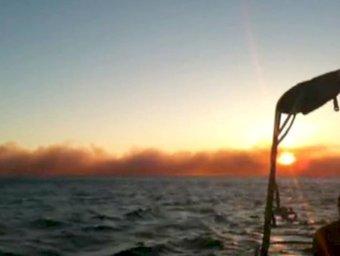 El fum de l'incendi a la platja de Benirràs es visible des de l'horitzó EFE