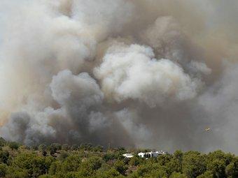 Una extensa columna de fum en l'incendi que crema a Eivissa des de diumenge EFE