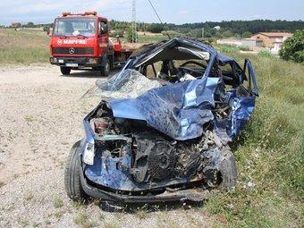 El cotxe de la víctima mortal i el camió grua que el va carregar. ACN