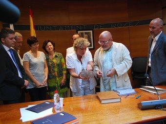 L'alcaldessa de Roses, fent entrega d'un obsequi al conseller Huguet. IMMA BOSCH