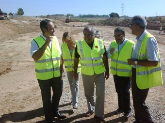 Nadal i l'alcalde Ros, a la dreta, visitant les obres de la variant sud de Lleida, que estaran acabades al 2012. ACN