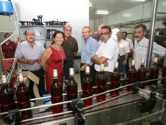 La consellera amb els directius de la cooperativa i els polítics de Villar. CEDIDA