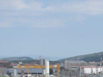 El punt d'enllaç del tercer rail amb la via convencional prop de la central de mercaderies de Girona. DANI VILA