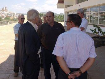 Ricardo Peralta, es rebut a les portes de la Cooperativa de Villar pel president. ESCORCOLL