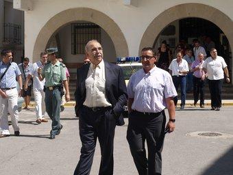 El Delegat del Govern i l'alcalde de Villar surten de l'Ajuntament. ESCORCOLL