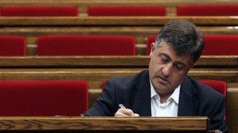 El president republicà, Joan Puigcercós, pren notes a l'hemicicle del Parlament en una imatge d'arxiu JOSEP LOSADA/ ARXIU