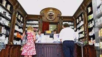 La farmàcia manté la decoració modernista  JORDI SOLER