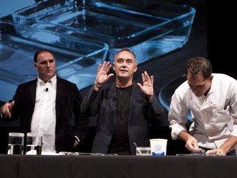 Ferran Adrià i José Andrés a la primera classe que s'ha fet a Harvard de ciència i cuina.  ARXIU