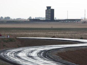 Tram a mig fer de l'autovia A-14 prop de l'aeroport d'Alguaire, la primera de Catalunya amb finançament privat. ACN
