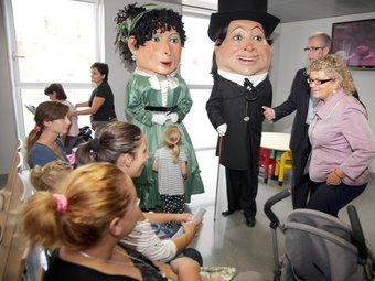 Els nans Metges van acompanyar la consellera Marina Geli en la inauguració del servei d'Urgències. J. FERNÀNDEZ