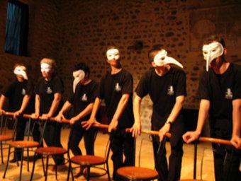 Un taller de teatre , durant les activitats que es van fer el curs passat a La Fabrica. ARXIU