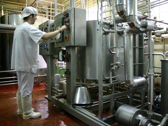 Un treballador a l'interior de les instal·lacions de La Fageda, a la Garrotxa.  ALBERT RIERA