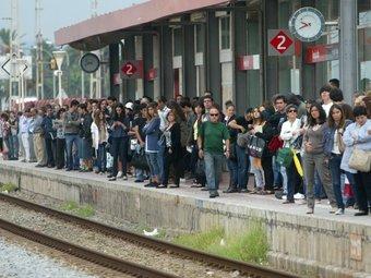 Gent esperant l'arribada del tren en una estació de Renfe. QUIM PUIG
