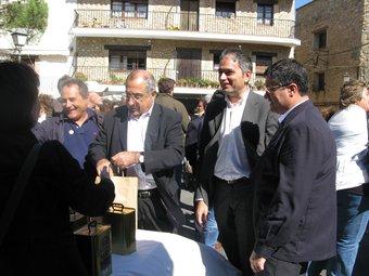 El conseller Joaquim Nadal i el delegat del govern, Jordi Martinoy, visiten la Fira de l'Oli de Ventalló.