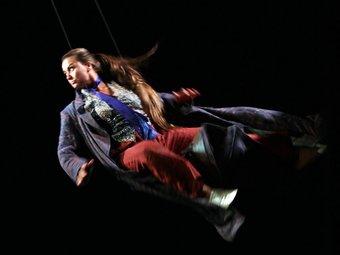 Claudia Schneider en ple vol per l'imaginari de Santos. JOAN CASTRO / CLICK ART FOTO