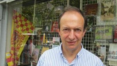 Joan Miquel Touron davant l'aparador de la Llibreria Catalana de Perpin E. C