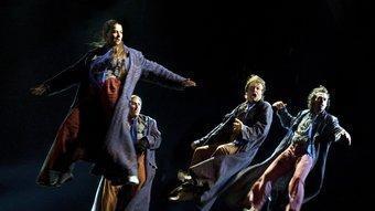 Els cantants voladors de 'Chica Montenegro Gallery', de Carles Santos. ROS RIBAS
