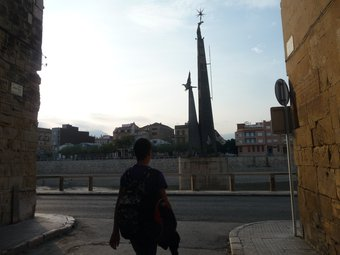 El monument franquista de Tortosa ocupa la pilastra de l'antic pont de la Cinta, volat pels republicans. G.M