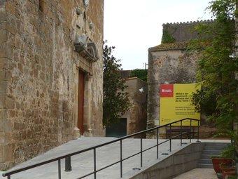 La reforma urbana del nucli antic de Parlavà ha afectat l'entorn de l'església parroquial. A.V