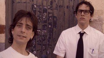 Martí Gallén, en segon pla recolzat en una guitarra, i l'actor saltenc Jordi Vilches, uns dies abans que sigui posat en òrbita dins una rentadora reciclada. T.A