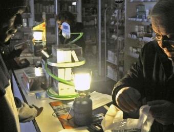 Farmàcia de Lloret de Mar treballant amb llum de gas. AGÈNCIA
