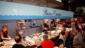 Una imatge actual de la parada de Peixos Camps al mercat de Girona.  MANEL LLADÓ