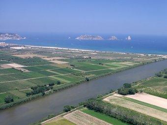 La plana del Baix Ter destaca pel paisatge en mosaic dels camps conreats, alternats amb petits nuclis de població.  CONSORCI ALBA-TER