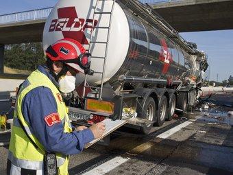 Un bomber de la Generalitat prenent notes en un accident a l'AP-7, a Agullana, on havia implicat un camió que transportava productes químics LL. SERRAT