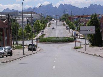 Carrer principal del polígon Bufalvent de Manresa, amb el massís de Montserrat al fons.  ARXIU
