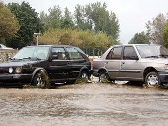Les fortes pluges han fet créixer el cabal de la riera de la Jonquera i s'ha endut alguns cotxes que estaven aparcats. ACN