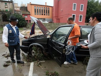 Una imatge d'un dels cotxes que es va endur la crescuda del riu Llobregat a la Jonquera. Estaven mal aparcats en un pàrquing que s'havia tancat. CLICKART FOTO / JORDI RIBOT