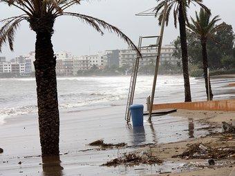 Les onades i el fort vent s'emporten tota la sorra de la platja de la Punta, ahir a Roses ACN