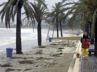 La platja de la Punta de Roses es va veure afectada per les fortes onades que picaven ahir a la costa Brava. EFE