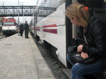 Diversos passatgers esperen en una estació que es normalitzi la circulació de trens ACN/ARXIU