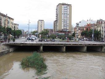 L'Onyar ahir al seu pas per Girona, on va portar molta més aigua del que és habitual i va superar els 50 metres cúbics per segon DANI VILÀ