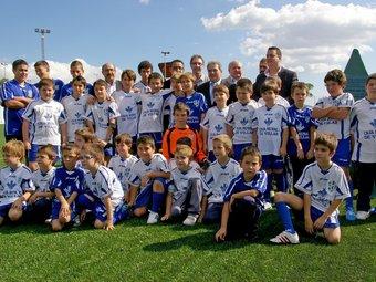 Grup de joves esportistes integrants de l'escola municipal de futbol. NAVARRO ESTEBAN