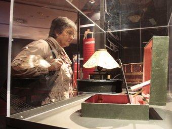 L'exposició està formada per una cinquantena de peces, entre joguines òptiques i vidres. JOSÉ CARLOS LEÓN