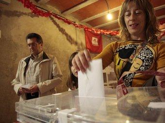 Una ciutadana vota, anticipadament, en un dels locals de la plataforma, al carrer Sant Domènech. JOSÉ CARLOS LEÓN