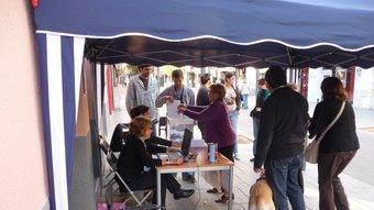 Rubinencs votant al col·legi electoral de l'avinguda de Barcelona, on hi ha la seu de campanya de Rubí Decideix. C.A.F