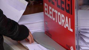Una persona escollint l'opció del 'Sí' aquesta tarda al col·legi electoral ubicat a la seu de campanya de Rubí Decideix. C.A.F