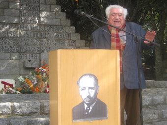 Armand Samsó, donant les gràcies pel guardó rebut, davant el monument del Coll de Manrella M. CAROL